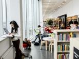 Student i Orkanenbiblioteket
